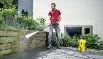 Le délicat nettoyage des pavés avec un nettoyeur haute pression
