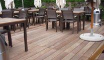 Une terrasse en bois avec Geralds