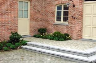 Aménagement de terrasse en pierre naturelle: Henrion Jardins